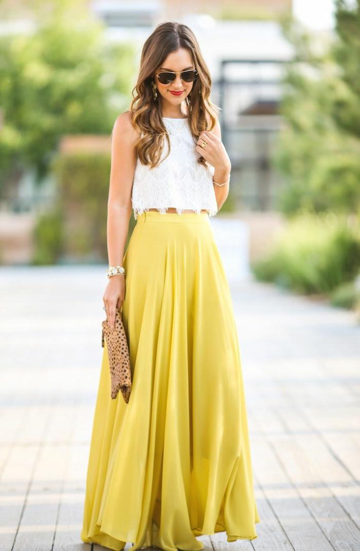 jupe longue jaune, chemise blanche, lunettes tendance, sac prints léopard