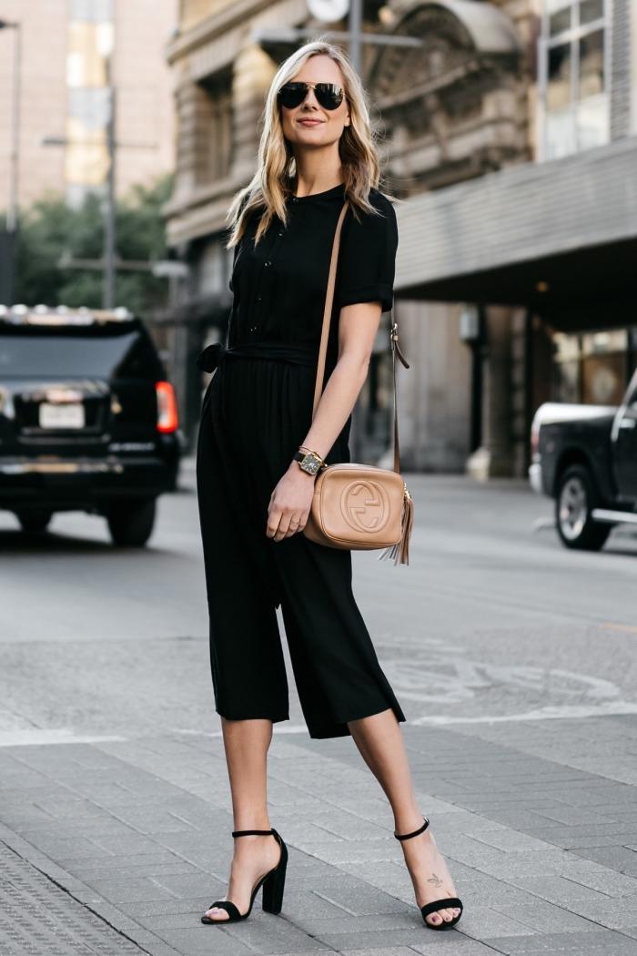 look total noir en combinaison femme aux manches courtes à longueur genoux assortie avec montre et lunettes de soleil