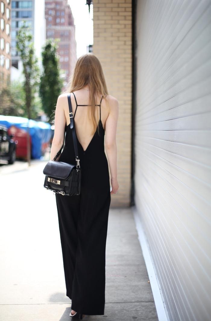 exemple de combinaison pantalon femme de couleur noire à dos nu et design fluide combinés avec sac à main noir