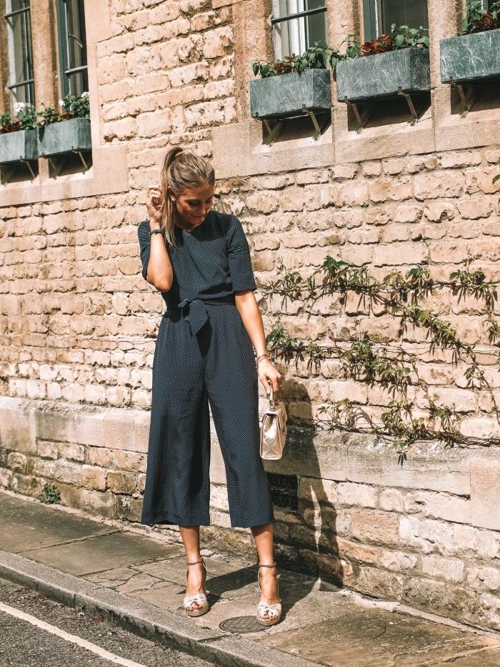 idée comment porter une combinaison élégante et chic de couleur foncée avec ceinture et manches courtes