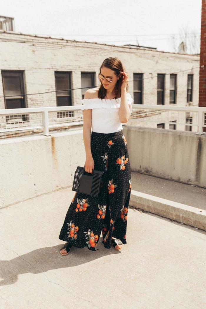 exemple de pantalon fluide femme habillé de couleur noire aux motifs légumes orange avec top crop blanc aux épaules dénudées