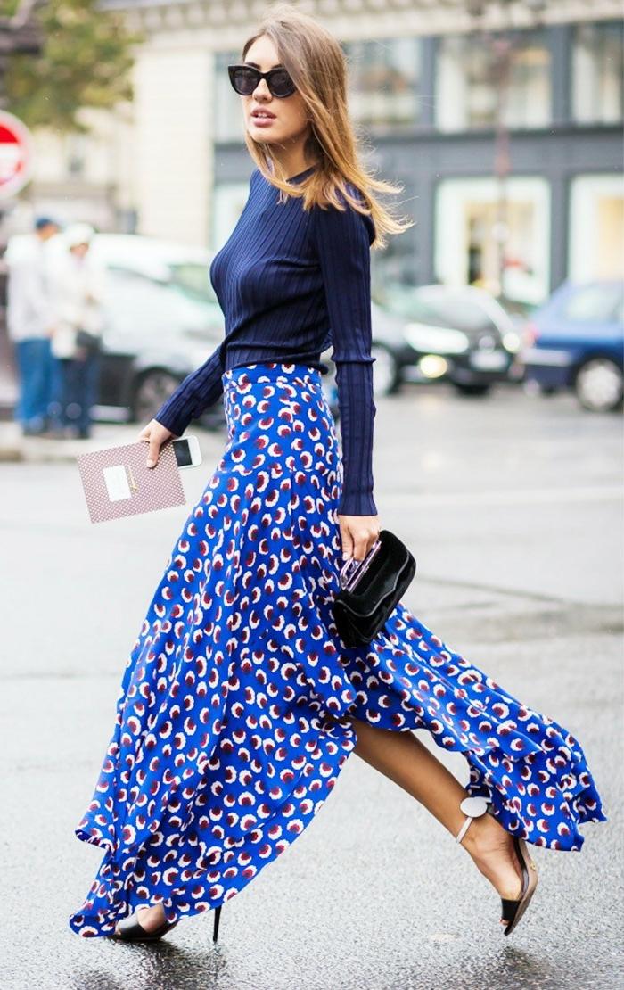 jupe longue bleue, blouse à manches longues, petit sac en cuir noir, jupe imprimés originaux