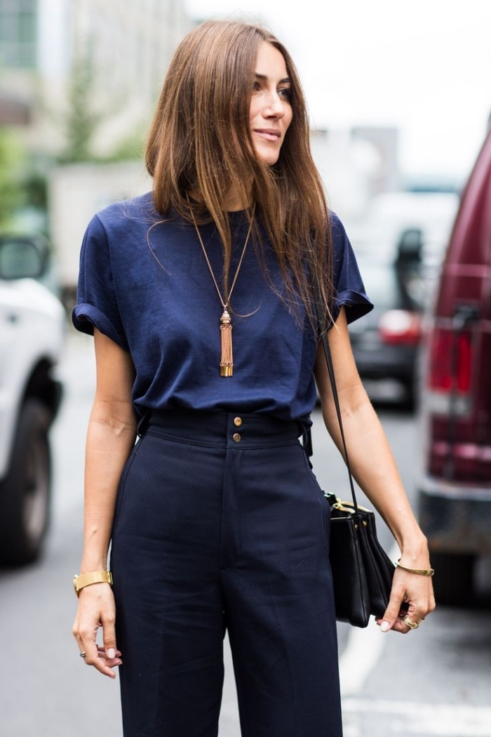 look monochrome en pantalon de taille haute en bleu marine combiné avec t-shirt en bleu foncé et collier en or