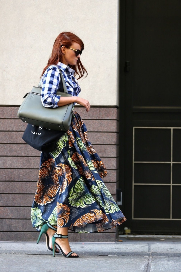 idée de look original qui mixe les imprimés, une chemise à carreaux combinée avec une jupe maxi à motifs wax en vert et marron