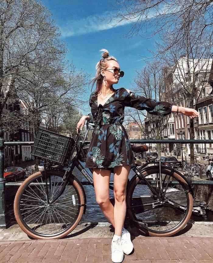 Combishort femme été fleurie, tenue basket blanche, combishort habillée, combishort femme chic style original, photo Amsterdam canal bicyclette