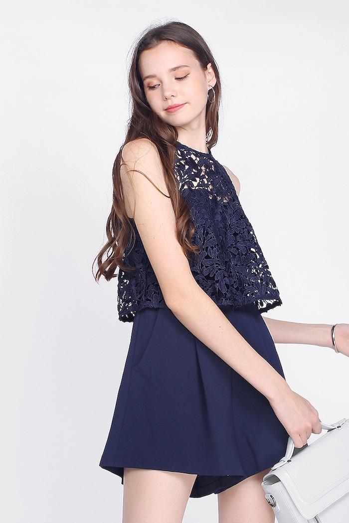 Comment porter un combinaison femme soirée habillée, tenue été originale, idée de tenue combishort dentelle bleu