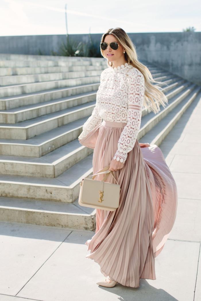 top dentelle blanche, jupe longue rose cendré, sac blanc rectangulaire, ombré cheveux