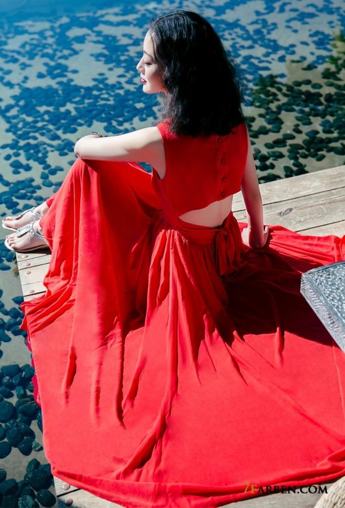 tenue féminin d'été, jupe longue, top avec boutonnière au dos, sandales plates