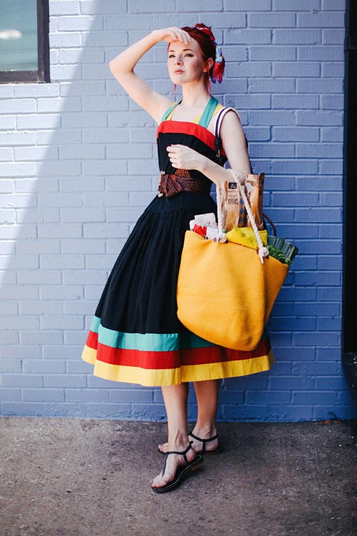 deguisement guinguette, robe rétro avec bretelles, grand sac jaune, sandales plates