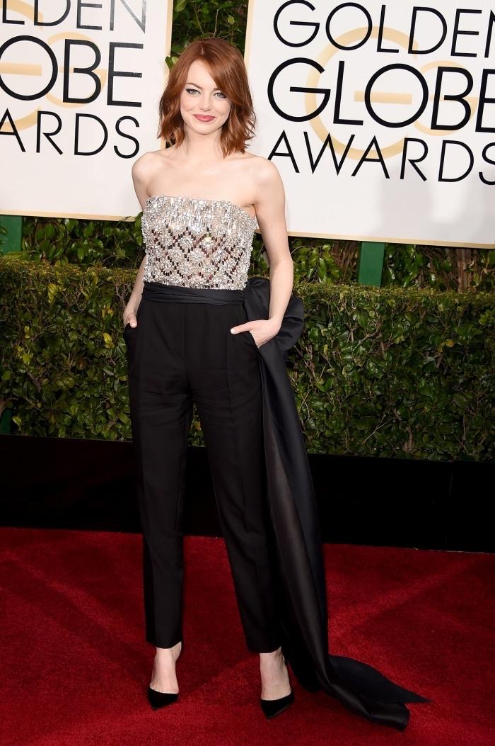 look élégant d'Emma Stone en combinaison pantalon à bas noir et top à design paillettes brillantes en gris avec ceinture design long