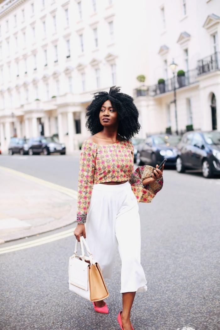 vision ultra chic et élégante en pantalon blanc large longueur mi-mollet et top court à manches originales, quel vetement wax porter au bureau
