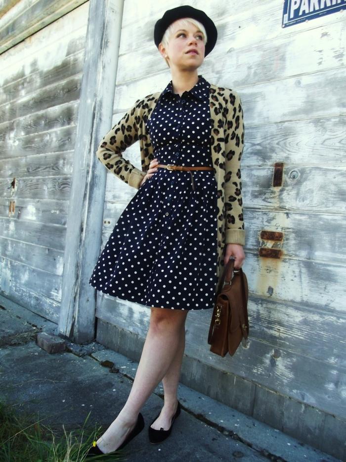 ballerines noires, robe année 60 à pois, gilet aux motifs de léopard, béret noir