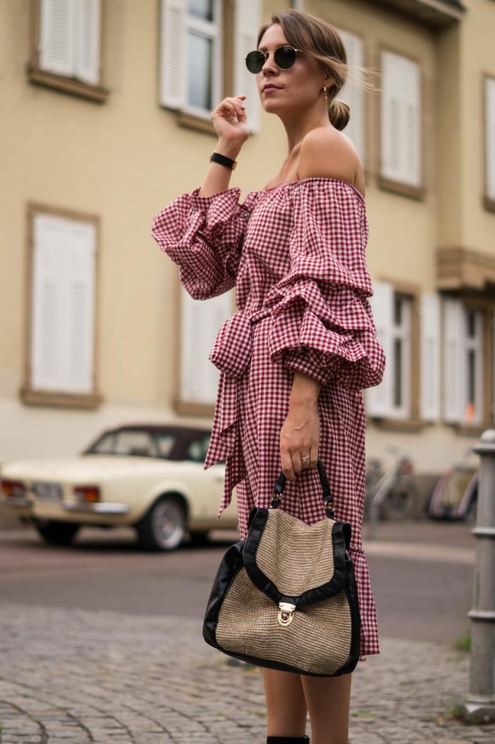 vetement retro, une robe aux guighams roses, manches originales, sac beige et noir