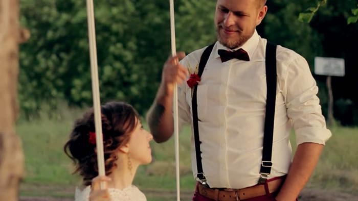 mariage à thème guinguette, chemise blanche homme, papillon noir, vetement retro de marié