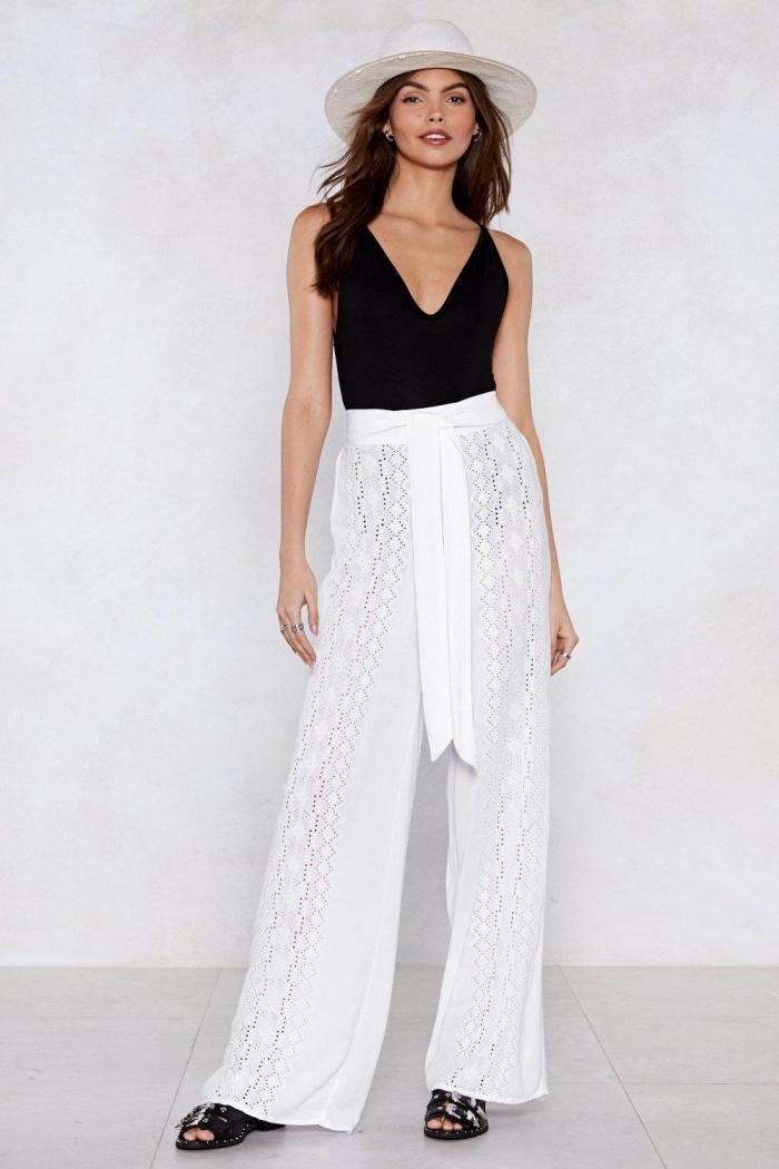 look femme en pantalon blanc de taille haute combiné avec top noir à décolleté en V, modèles de sandales noires avec lacets
