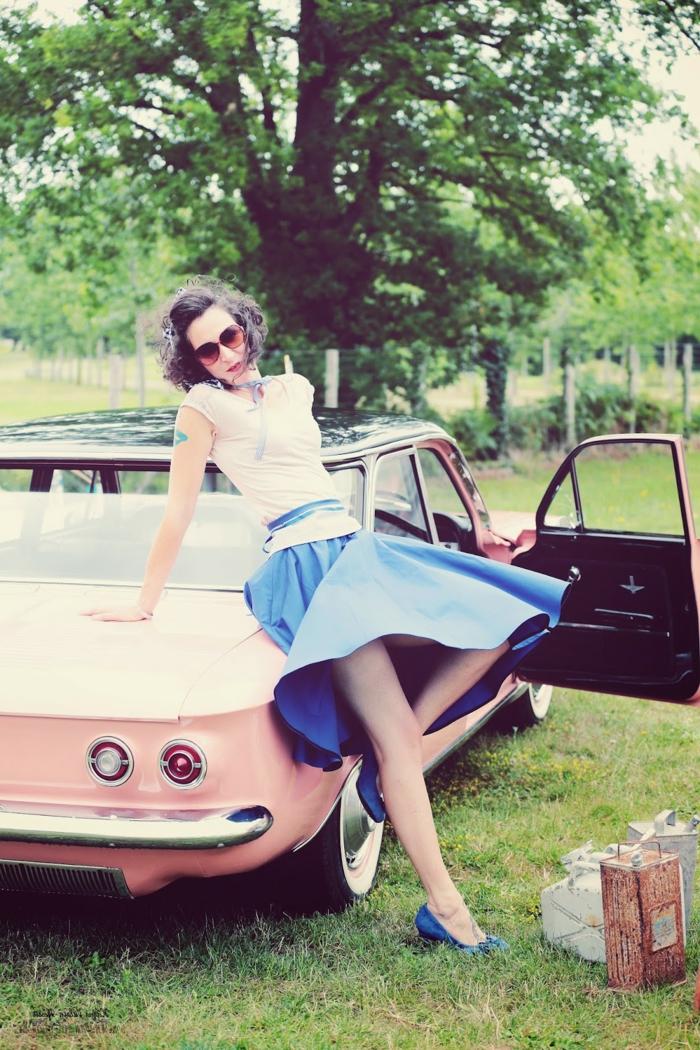 jupe bleue, t-shirt blanc, chaussures bleues, coupe carré, lunettes de soleil, voiture rose