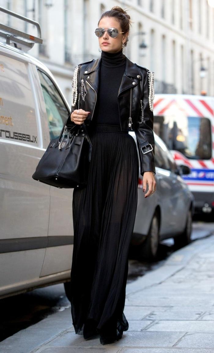 tenue de femme rockeuse, jupe longue noire, sac noir, veste en cuir, tenue femme rebelle