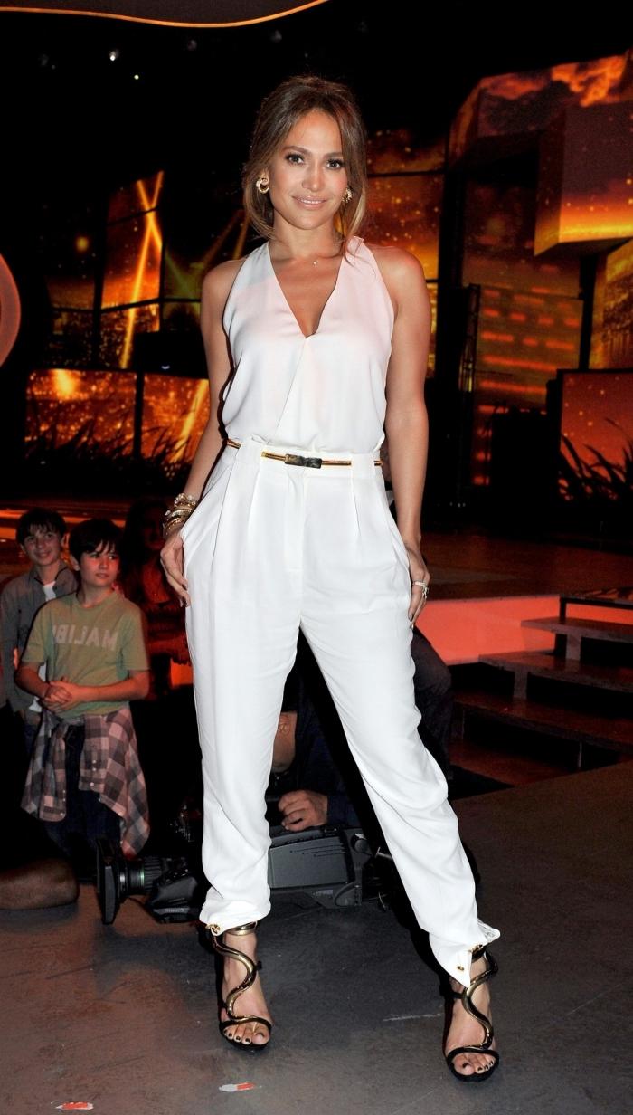 look féminin et élégant de Jennifer Lopez en combinaison pantalon blanche à décolleté en V combinée avec sandales noires
