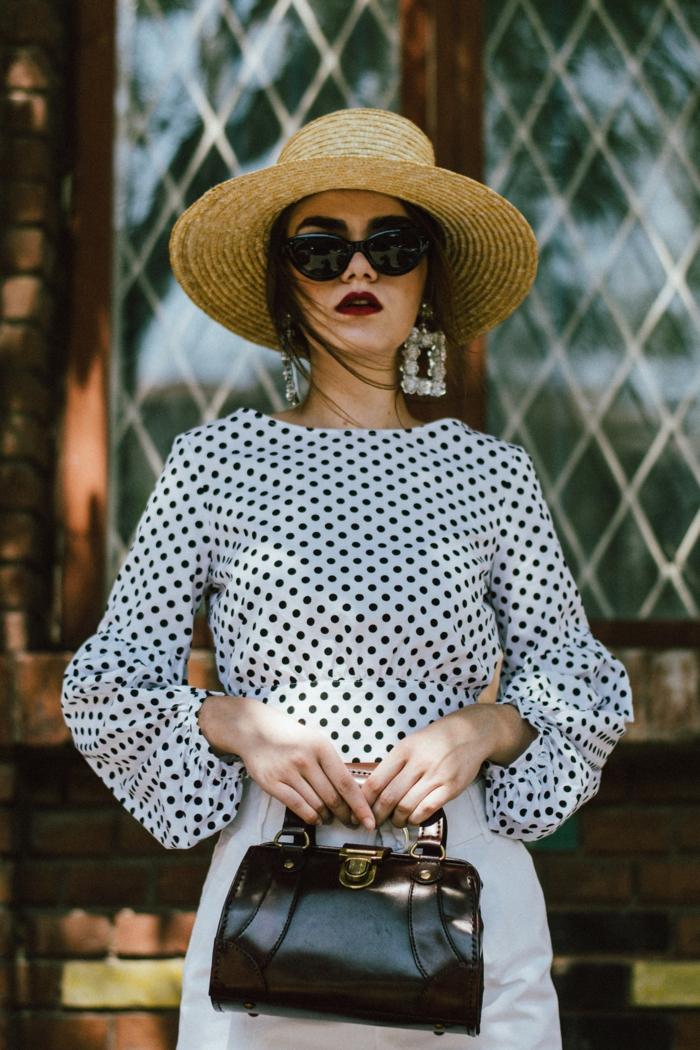 deguisement guinguette femme, canotier et grandes boucles d'oreilles, sac noir, blouse à pois et pantalon à taille haute