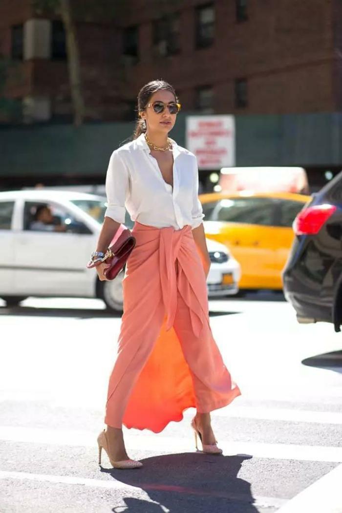 magnifique jupe longue couleur pêche, chemise blanche, collier stylé, tenue femme stylée
