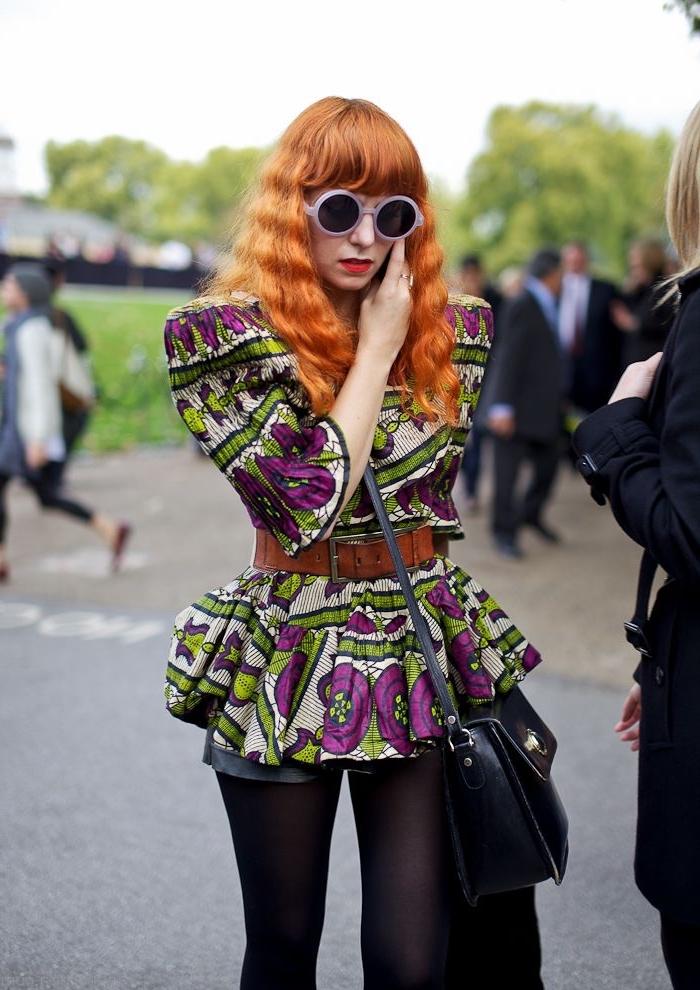 look chic en top structuré en wax à motifs vert et violet qui crée un contraste fort avec le short en cuir et le collants noir