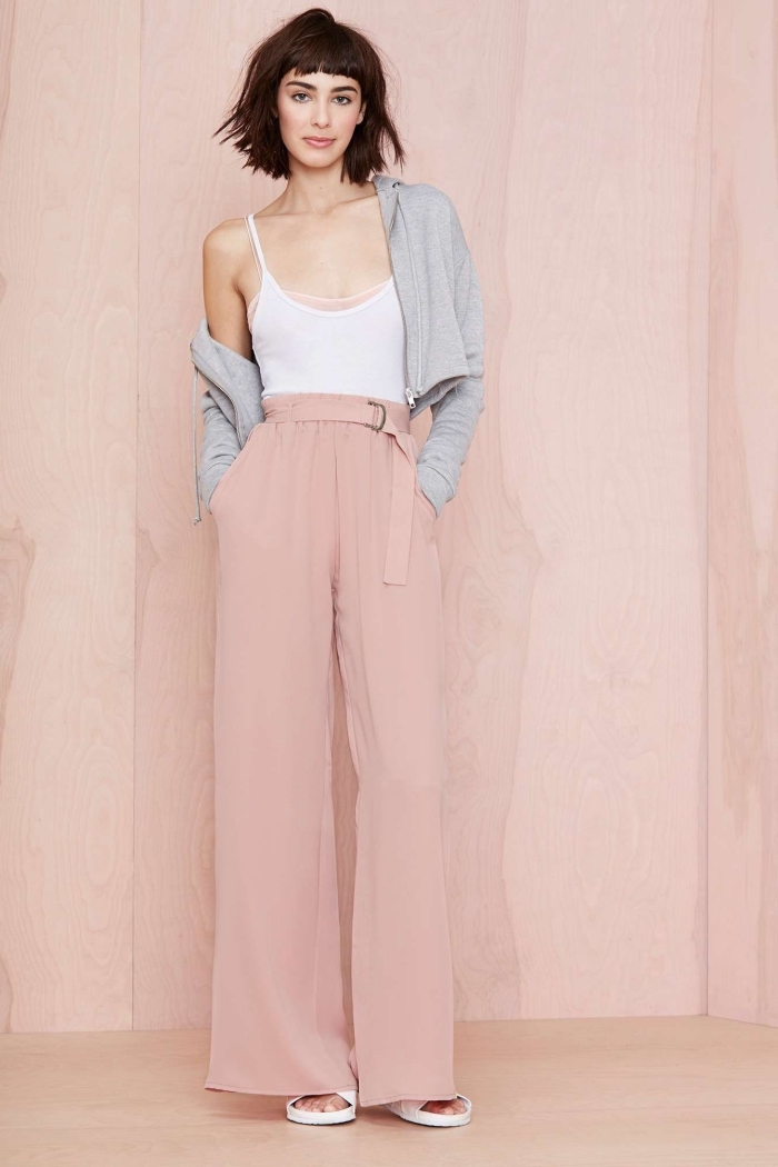 idée comment assortir un pantalon fluide à taille haute de couleur rose pastel avec top blanc et sweatshirt gris clair