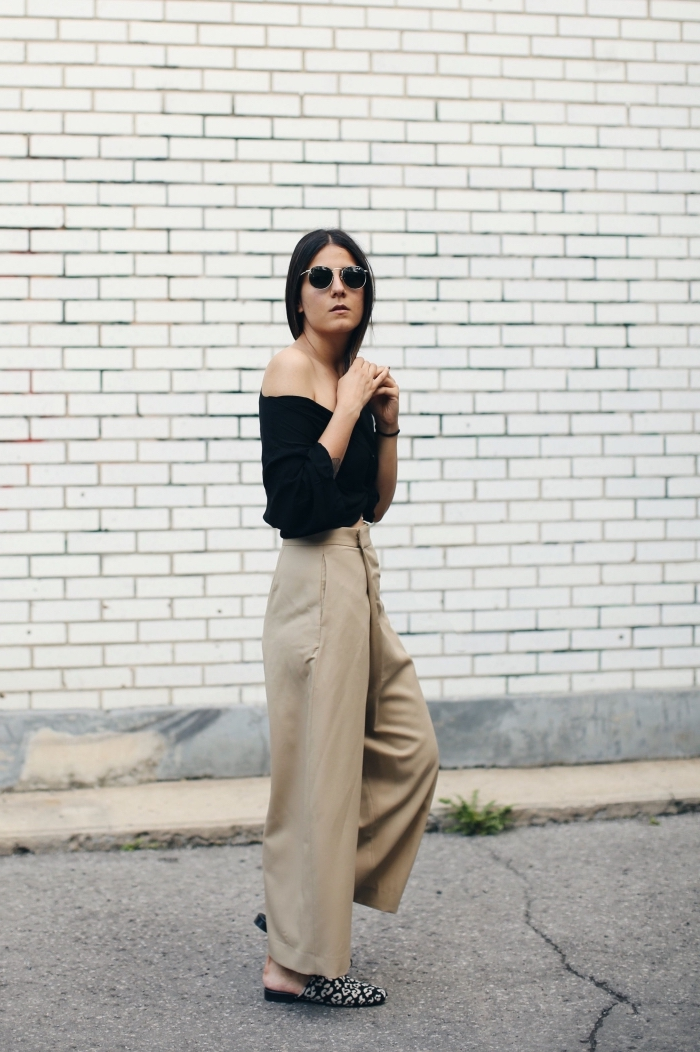 exemple comment porter un pantalon beige kaki avec top noir aux épaules dénudées, idée accessoires tendance femme avec lunettes de soleil noires