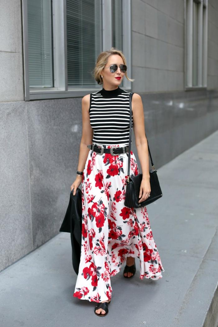 jupe longue florale mariée à un top rayé, ceinture noire, sac noir en cuir