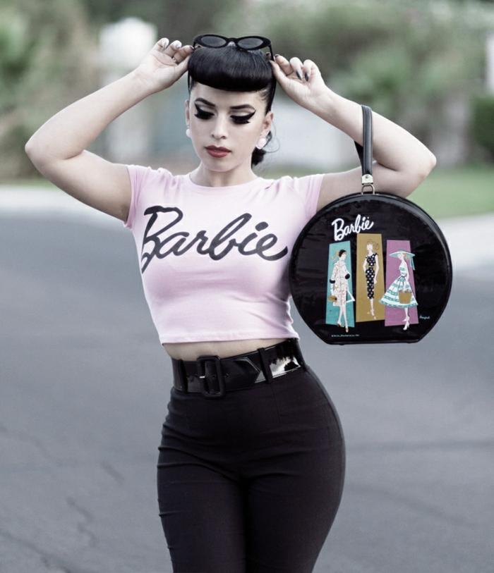tenue chic femme pin up au vetement retro, fausse frange, sac original, ceinture en laque noire
