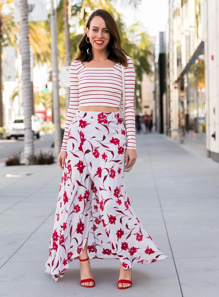 hauts talons rouges, longue jupe florale, blouse marinière manches mi-longues