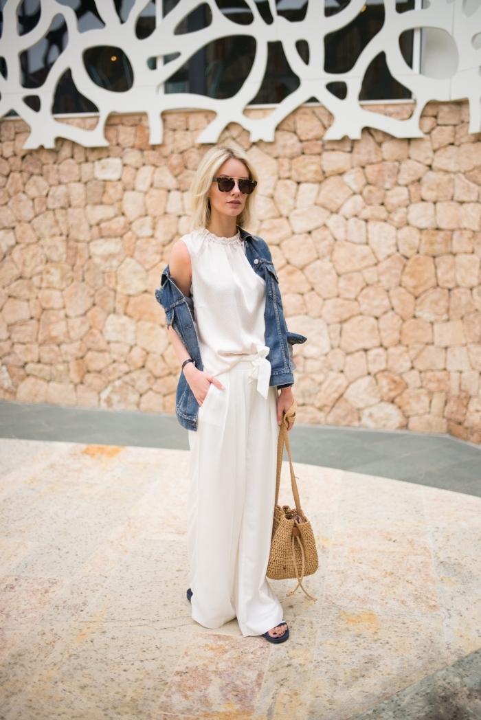 avec quoi assortir une veste en denim, tenue casual chic en pantalon et top blanc avec veste en denim et sac à main jute