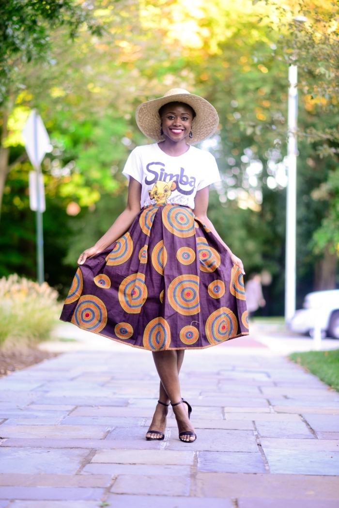 look original en jupe wax mi-longue motif cercles, assortie avec un t-shirt imprimé le roi lion