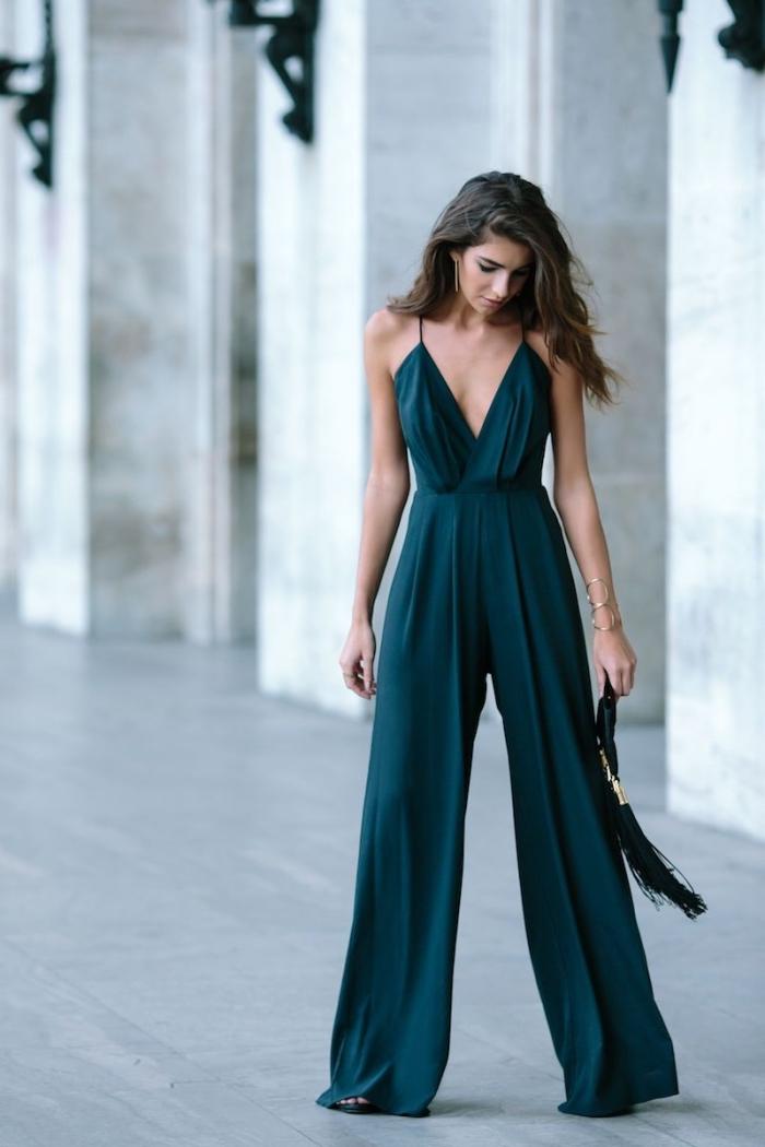 comment choisir une belle combinaison femme soirée de couleur vert avec bretelles et décolleté, idée bijoux en or