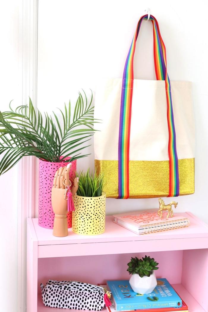 diy tote bag avec tissu glitter doré et poignée multicolore, modèle de sac à main personnalisé avec tissu en or