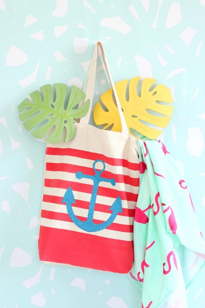 sac cabas toile design marin aux rayures rouge avec dessin ancre en peinture textile glitter bleu, exemple accessoire de plage dIY
