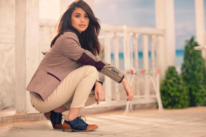 look chic et stylé en pantalon beige et blazer rayé avec une paire de chaussures plates en marron et bleu foncé