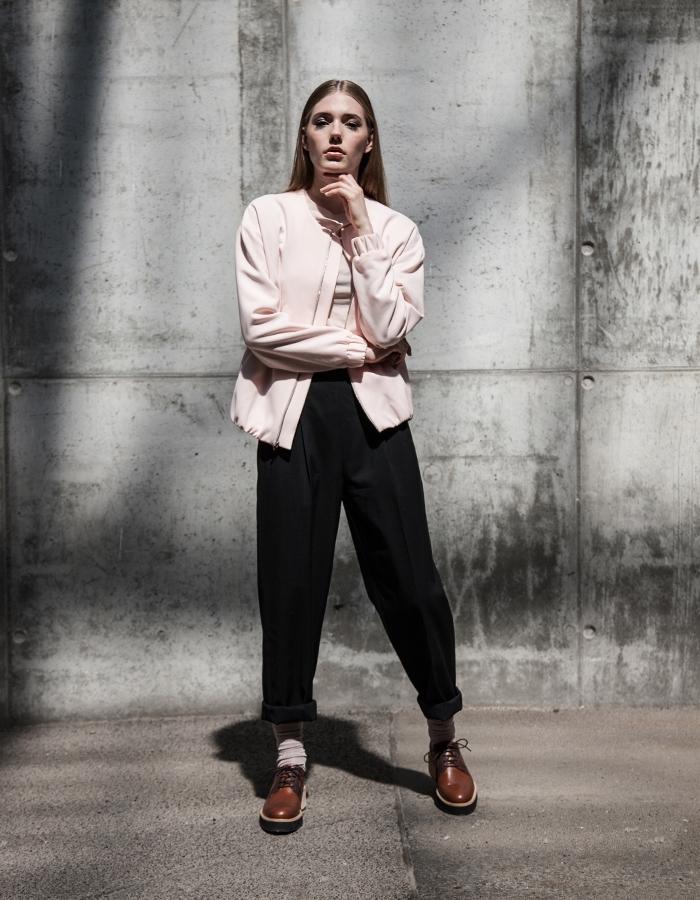 pantalon noir design masculin combinée avec un top rose pastel et un veste rose pastel, idée avec quoi porter des derbies