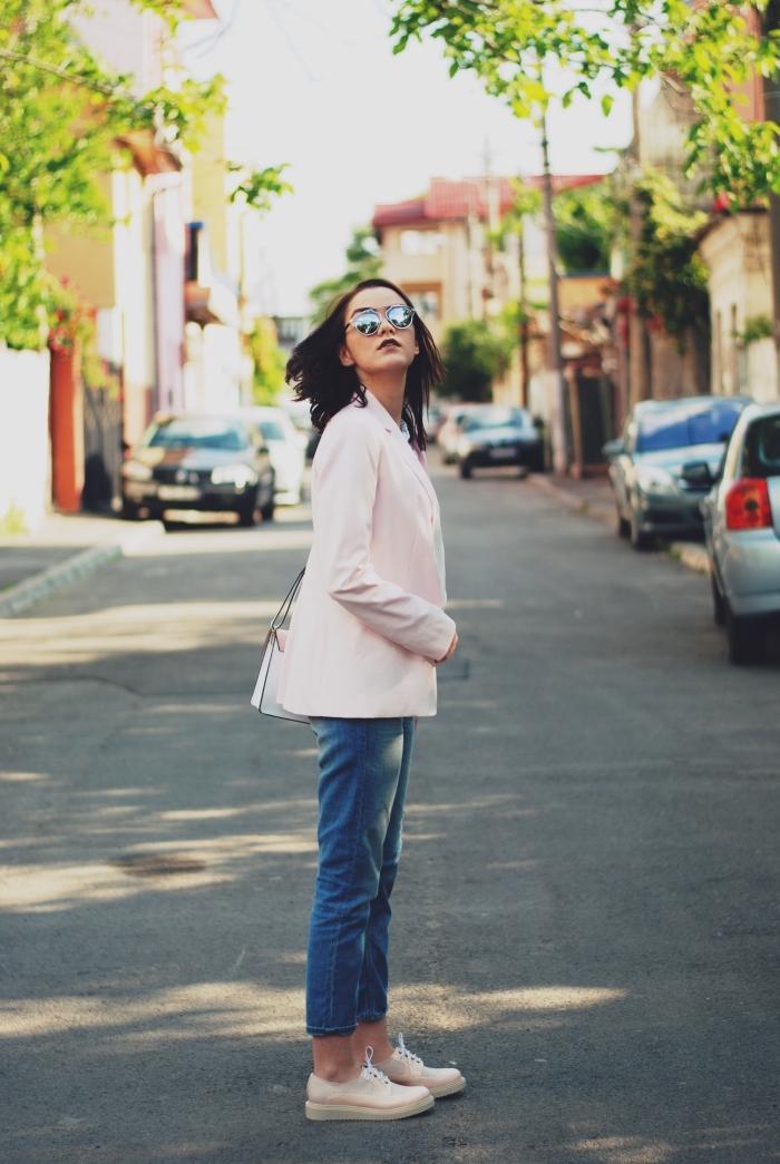 look fashion en jeans et blazer rose pastel avec une paire de derbies rose pâle, modèle de lunettes de soleil à design métallique