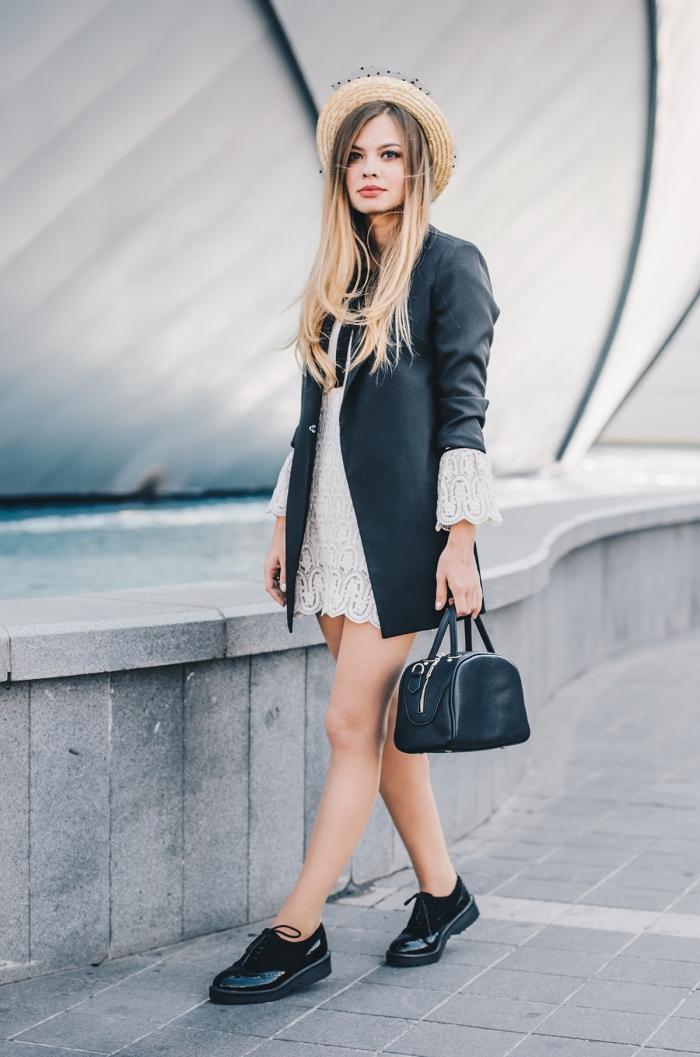 look casual chic en robe blanche courte combinée avec blazer noir à manches retroussées, modèle de derbies noires vernies