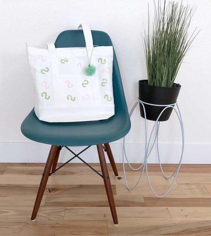 modèle de tote bag blanc avec dessins lettres en rose et vert, comment personnaliser facilement un sac à main