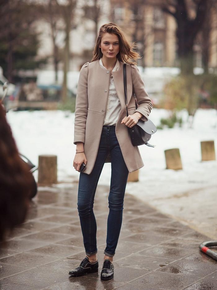 idée comment assortir les chaussures derbies vernis noirs avec une chemise blanche et un manteau mi-long beige