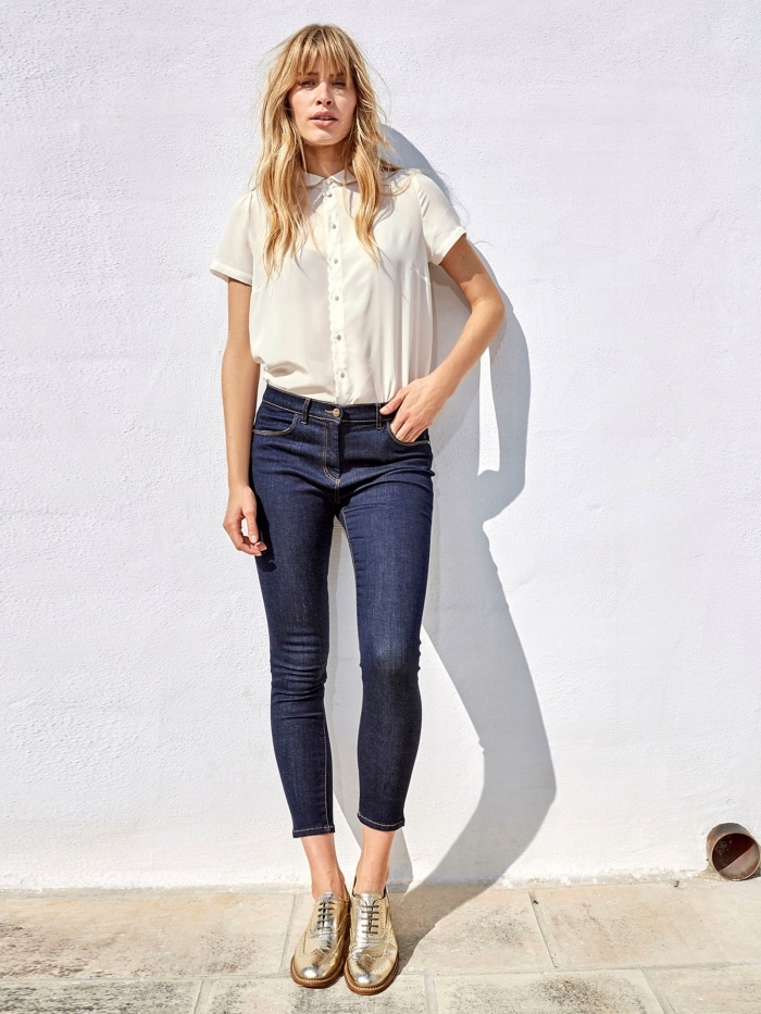 modèle de chaussure derby femme à design métallique combinées avec une paire de jeans foncés et une chemise blanche à manches courtes
