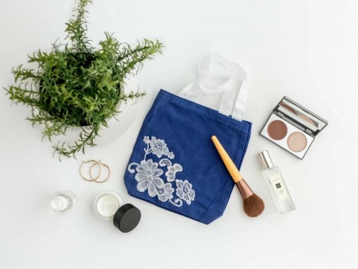 modèle de sac à main en tissu bleu avec décoration en broderie florale blanche, sac cabas personnalisé en blanc et bleu