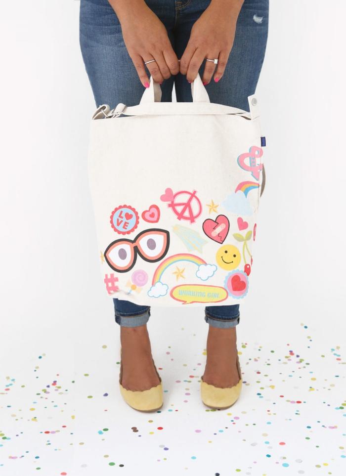 modèle de sac cabas toile blanc avec stickers autocollants à design amusant, idée comment customiser un sac