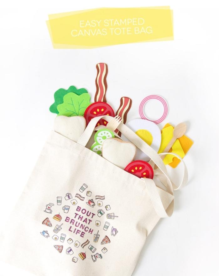 sac cabas personnalisé avec petits dessins nourriture et boissons, modèle de déco facile à faire sur tissu blanc