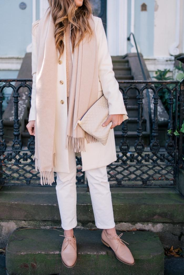 vision moderne en pantalon blanc et manteau long beige combinés avec écharpe et paire de derbies rose pastel