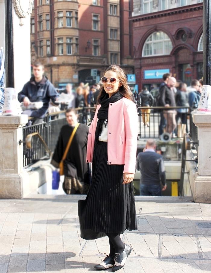 tenue avec derbies plats en jupe longue plissée et blouse blanche assortis avec écharpe longue à frange noire