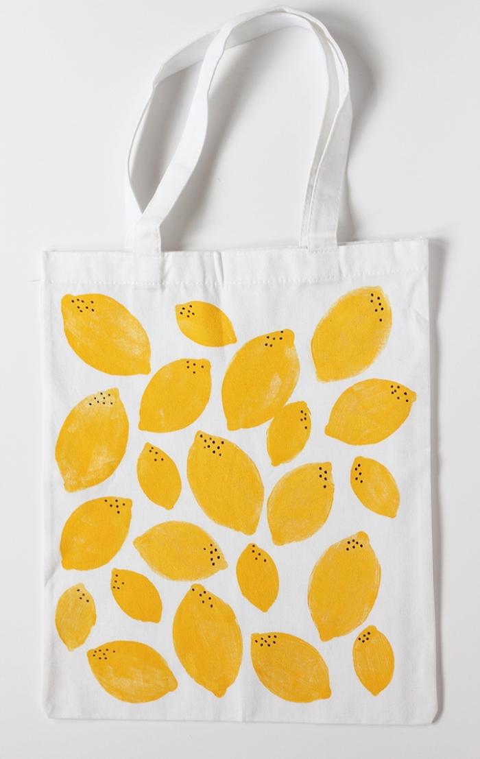 dessin de citron jaune avec petits dots noirs réalisés avec peinture et feutre pour textile, exemple déco dessin sur tissu