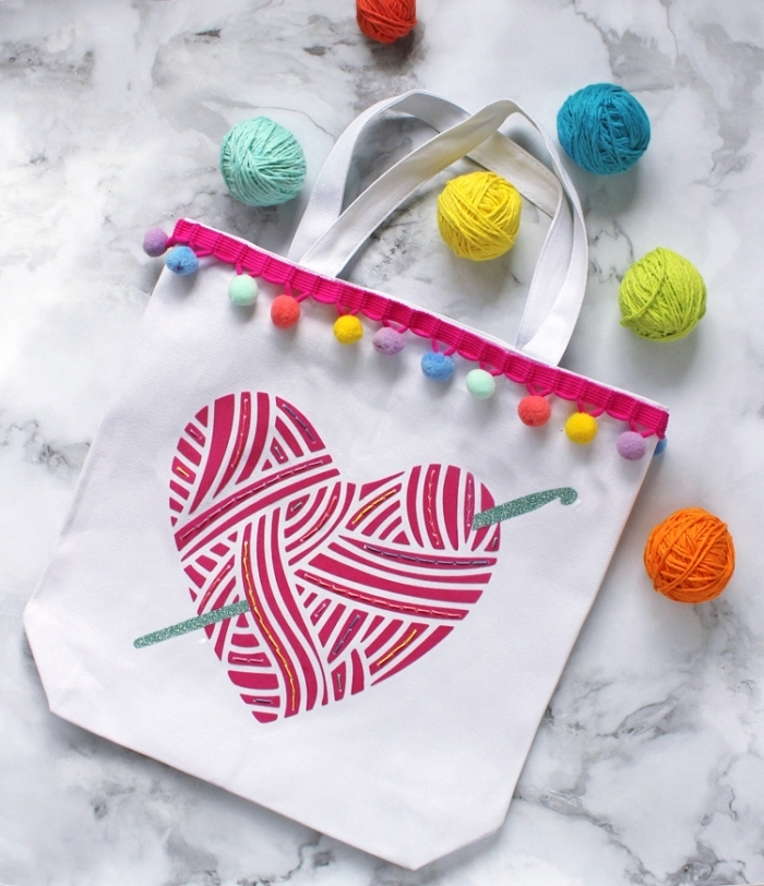 modèle de petit sac cabas blanc avec dessin de coeur rouge et bordure en pompons colorés, idée comment personnaliser un accessoire