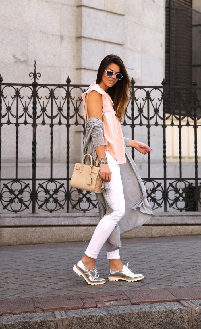 modèle de souliers plats à design argenté combinés avec pantalon blanc et top rose pastel avec un gilet gris